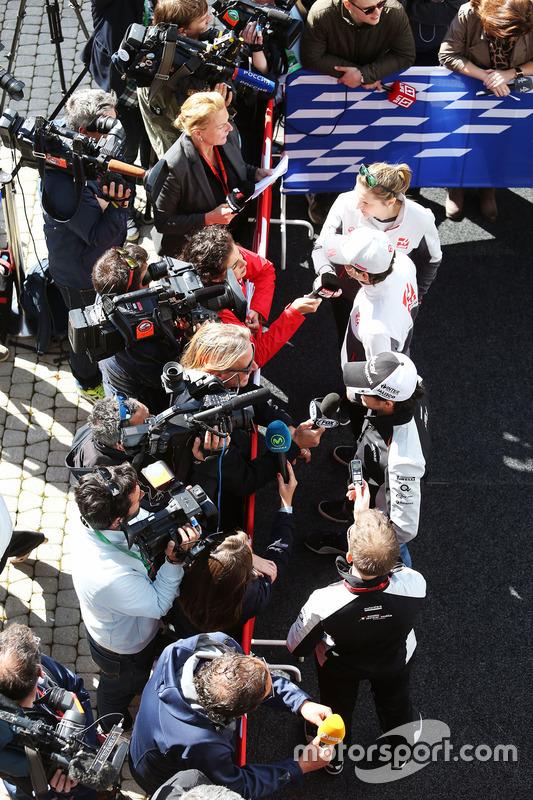 Sergio Perez, Sahara Force India F1 and Esteban Gutierrez, Haas F1 Team with the media