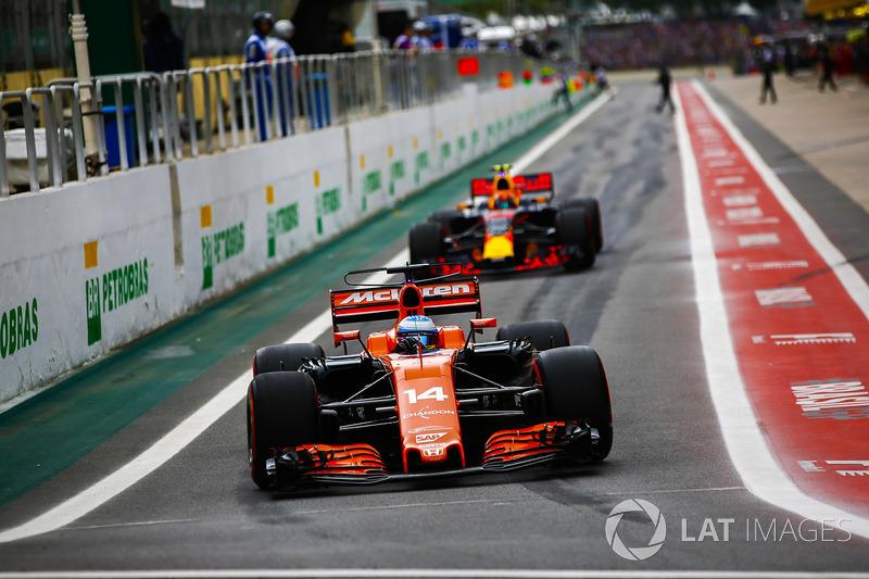 Fernando Alonso, McLaren MCL32, Max Verstappen, Red Bull Racing RB13, fuera de pits
