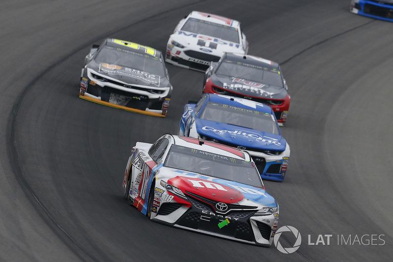 Kyle Busch, Joe Gibbs Racing, Toyota Camry M&M's Red White & Blue e Kyle Larson, Chip Ganassi Racing, Chevrolet Camaro Credit One Bank