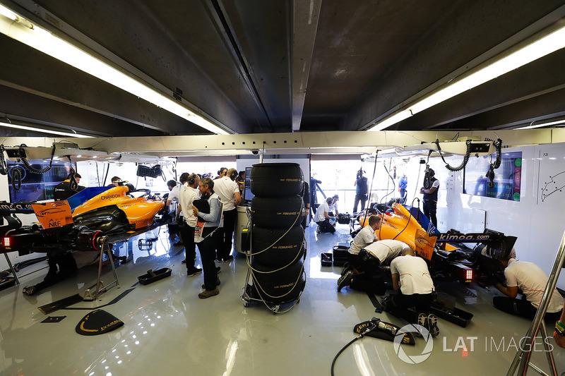 Engineers work on the cars of Fernando Alonso, McLaren MCL33, and Stoffel Vandoorne, McLaren MCL33, in the garage