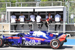 Pierre Gasly, Scuderia Toro Rosso STR13 passes the Sauber pit wall gantry