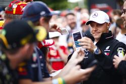 Valtteri Bottas, Mercedes AMG F1, con fans