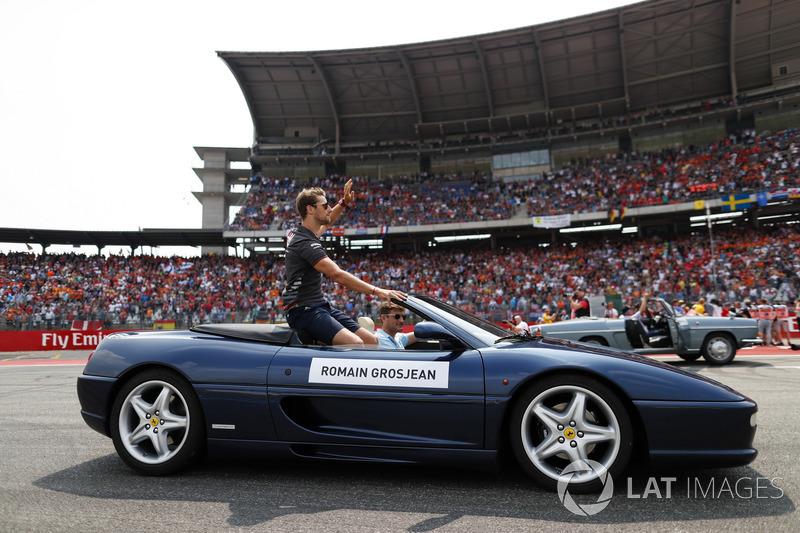 Romain Grosjean, Haas F1 Team, mengikuti parade pembalap