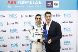 Sébastien Buemi, Renault e.Dams, reçoit l'award Julius Bär pour la pole position.