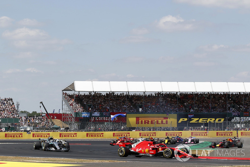 Sebastian Vettel, Ferrari SF-71H precede Max Verstappen, Red Bull Racing RB14 e Lewis Hamilton, Mercedes-AMG F1 W09