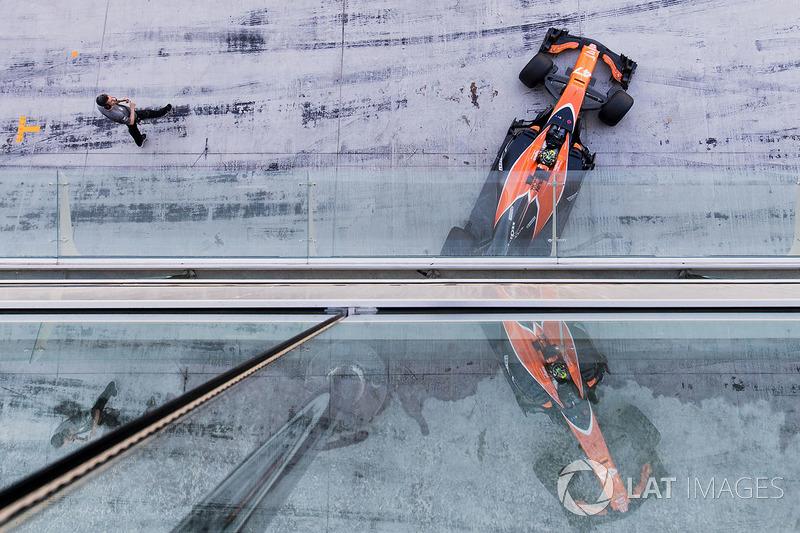 Lando Norris, McLaren MCL32, sale de su garaje