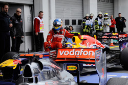 Mark Webber, Red Bull Racing RB7, mit Fernando Alonso, Ferrari