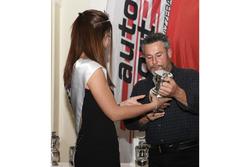 Martin Bürki premiato da Miss Yokohama 2017 alla cerimonia dell'ASS a Berna