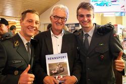 """Der Autor von """"Rennsport Schweiz"""" 2017 Peter Wyss mit Dominique Aegerter und Nico Müller"""