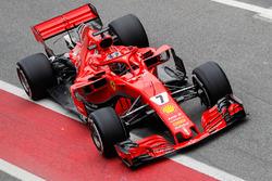 Kimi Raikkonen, Ferrari SF71H, entra ai box