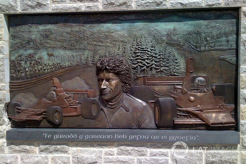 Меморіальна дошка, присвячена Тому Прайсу. Відкрита у 2009 році