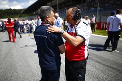 Masashi Yamamoto, General Manager, Honda Motorsport, and Frederic Vasseur, Team Principal, Sauber, on the grid