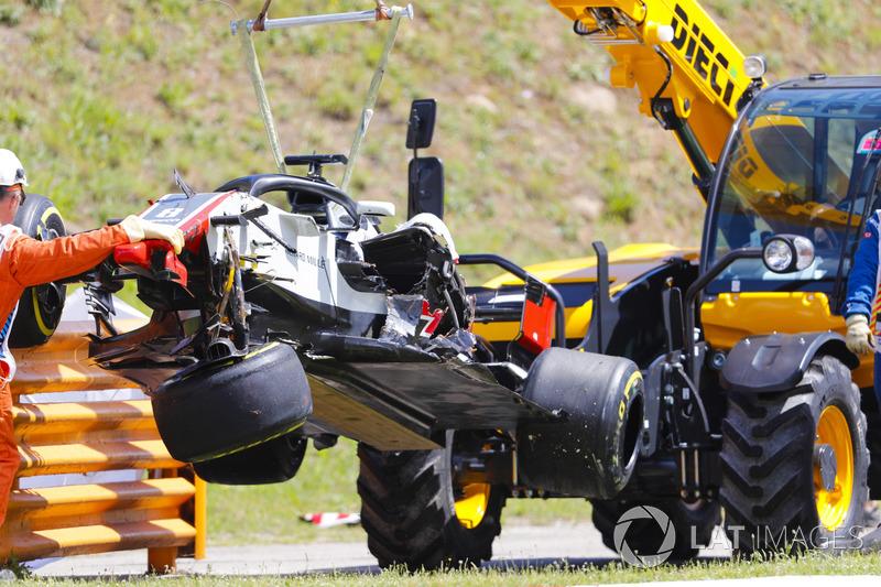El coche dañado de Romain Grosjean Haas F1 Team VF-18 es removido del circuito