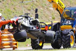 La voiture accidentée de Romain Grosjean Haas F1 Team VF-18 est retirée par les commissaires