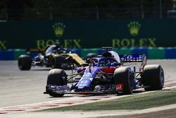Brendon Hartley, Toro Rosso STR13, leads Nico Hulkenberg, Renault Sport F1 Team R.S. 18