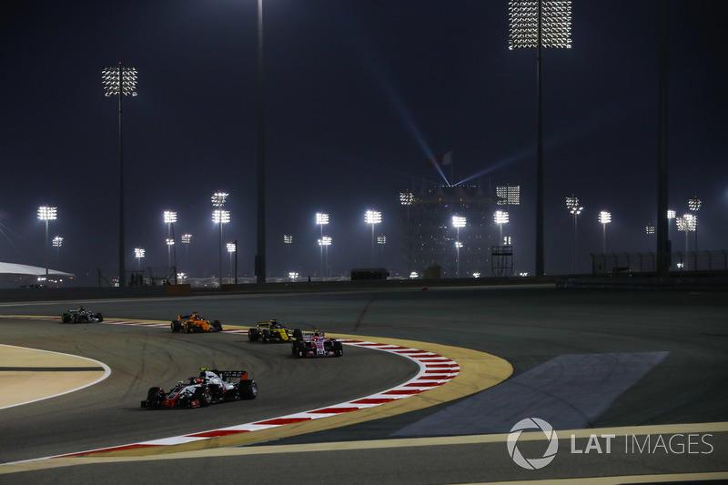 Kevin Magnussen, Haas F1 Team VF-18 Ferrari, leads Esteban Ocon, Force India VJM11 Mercedes, Nico Hu