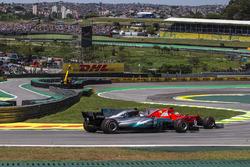 Sebastian Vettel, Ferrari SF70H ve Valtteri Bottas, Mercedes-Benz F1 W08 pozisyon mücadelesi