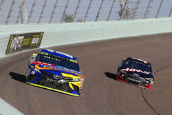 Kyle Busch, Joe Gibbs Racing Toyota, Clint Bowyer, Stewart-Haas Racing Ford