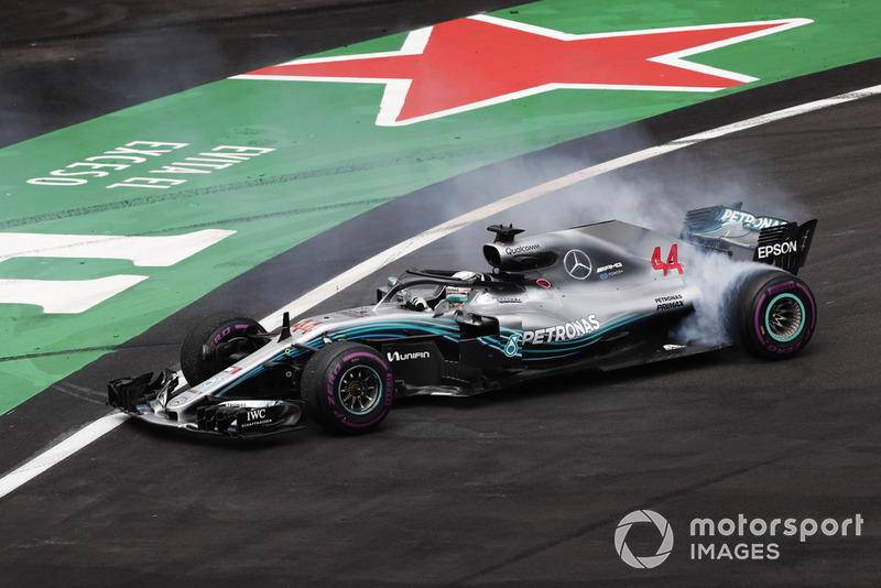 2018 F1 Dünya Şampiyonu Lewis Hamilton, Mercedes AMG F1 donut yapıyor