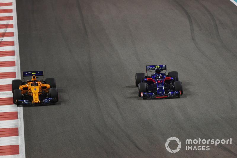 Stoffel Vandoorne, McLaren MCL33 lotta con Pierre Gasly, Toro Rosso STR13