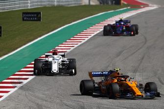 Stoffel Vandoorne, McLaren MCL33, Marcus Ericsson, Sauber C37, y Pierre Gasly, Scuderia Toro Rosso STR13
