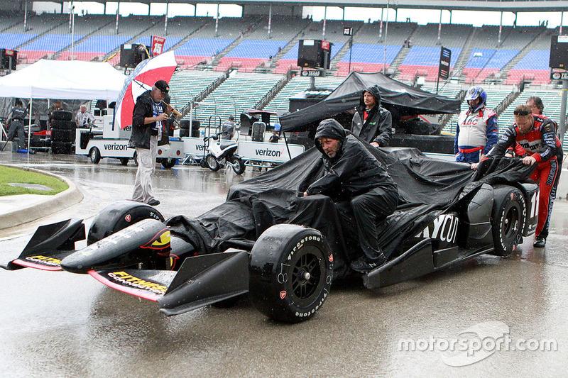 Член команди KV Racing Technology під дощем