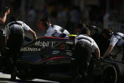 Jenson Button, McLaren MP4-31, in der Box