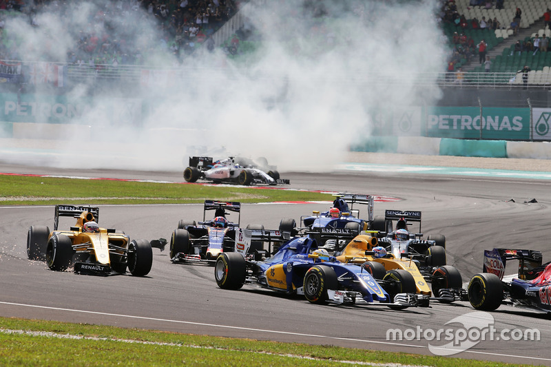 Marcus Ericsson, Sauber C35 at the start of the race with Kevin Magnussen, Renault Sport F1 Team RS16 (Left) who has a broken front wing