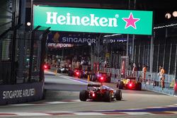 Себастьян Феттель, Ferrari SF16-H заезжает на пит-лейн за машиной безопасности