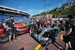 Mercedes AMG F1 W07 Hybrid та Red Bull Racing RB12 на піт-лейн