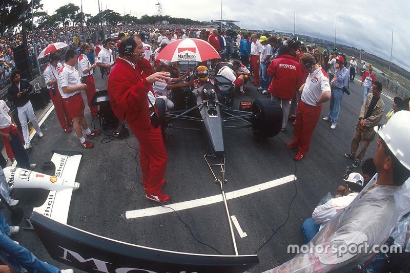 Ayrton Senna, McLaren MP4/6 Honda, se sienta en la pole positión en la parrilla, con el jefe del equipo Ron Dennis y principal diseñador Neil Oatley en frente