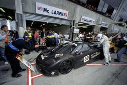 #59 McLaren F1 GTR: J.J. Lehto, Yannick Dalmas, Masanori Sekiya au stand