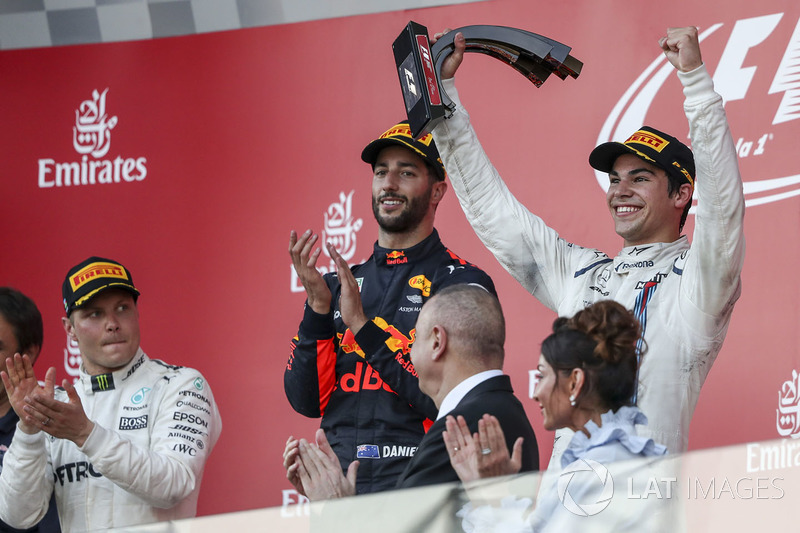 Lance Stroll, Williams celebra en el podium, Daniel Ricciardo, Red Bull Racing y Valtteri Bottas, Mercedes AMG F1