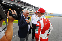 Pat Symonds interviews Mick Schumacher after dive with the Benetton Ford B194, and Ross Brawn, Managing Director of Motorsports, FOM