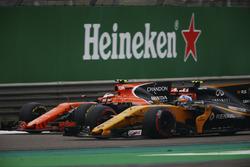 Stoffel Vandoorne, McLaren MCL32, battles Jolyon Palmer, Renault Sport F1 Team RS17