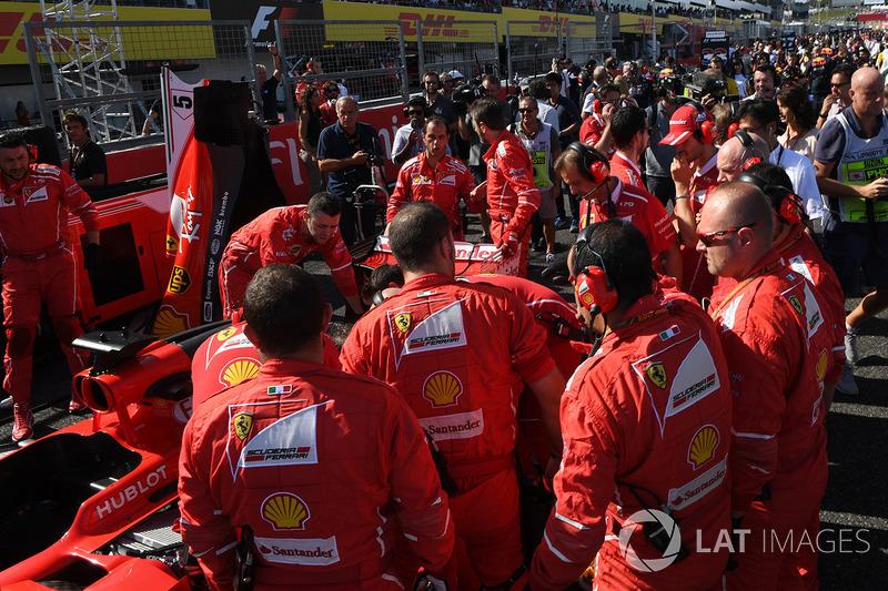 Ferrari mekanikerleri ve teknik sorun yaşayan Sebastian Vettel, Ferrari SF70H