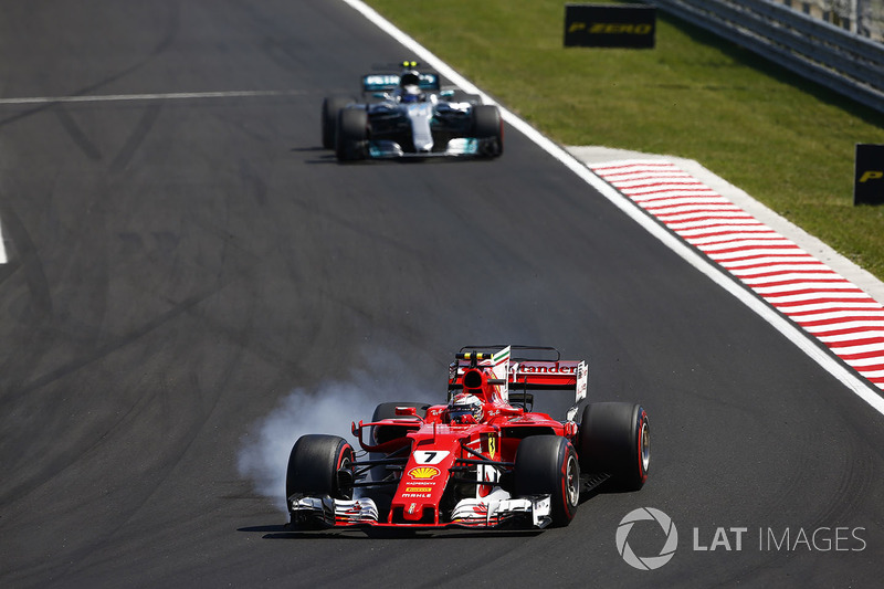 Kimi Raikkonen, Ferrari SF70H, locks up ahead of Valtteri Bottas, Mercedes AMG F1 W08