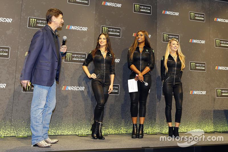 Mitch Covington mit den Monster-Girls