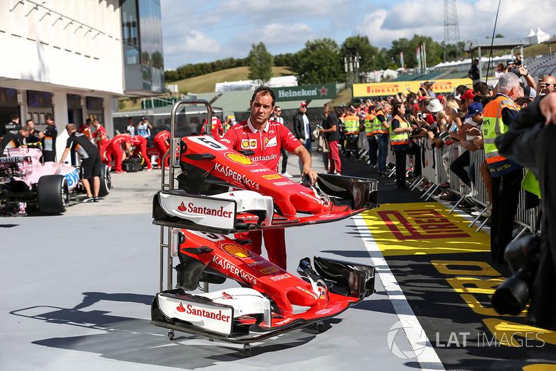 Mechaniker mit Nase und Frontflügel für den Ferrari SF70H