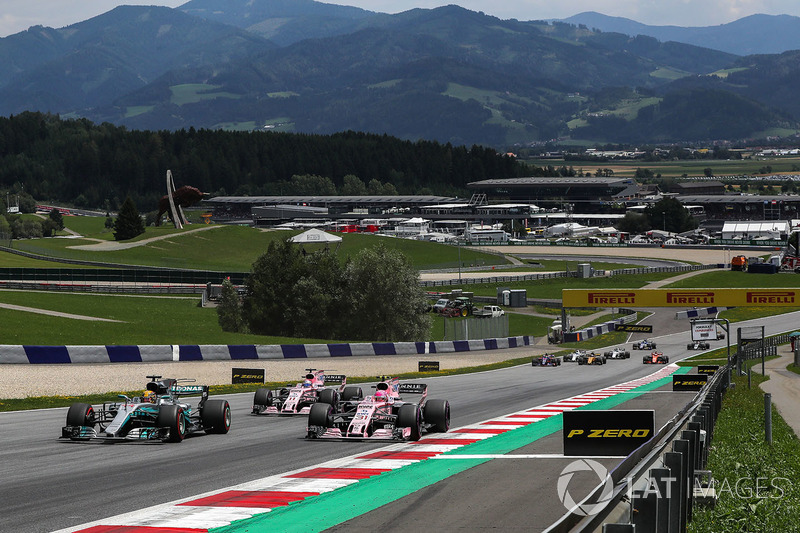 Старт гонки: Льюис Хэмилтон, Mercedes AMG F1 W08, и Эстебан Окон, Sahara Force India VJM10