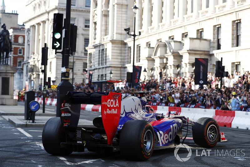The Scuderia Toro Rosso, melakukan atraksi di jalanan