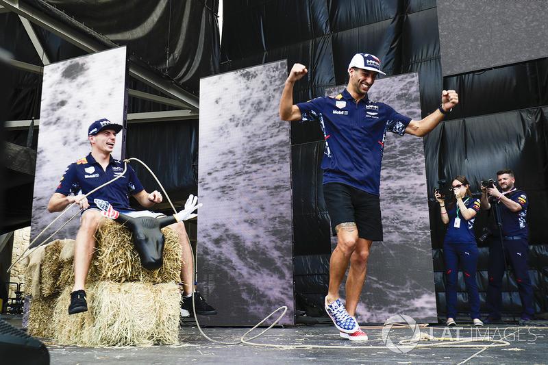 Daniel Ricciardo, Red Bull Racing, Max Verstappen, Red Bull con un lazo en el escenario