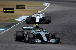 Valtteri Bottas, Mercedes-AMG F1 W09 y Sergey Sirotkin, Williams FW41