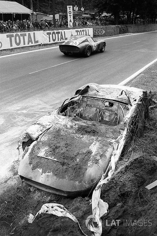 John Surtees ve Willy Mairesse'nin yanmış #0812 Ferrari 250P'sinin yanından geçen #4293GT, Jean Beur