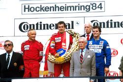 Podium : le vainqueur Alain Prost, le deuxième Niki Lauda, le troisième Derek Warwick