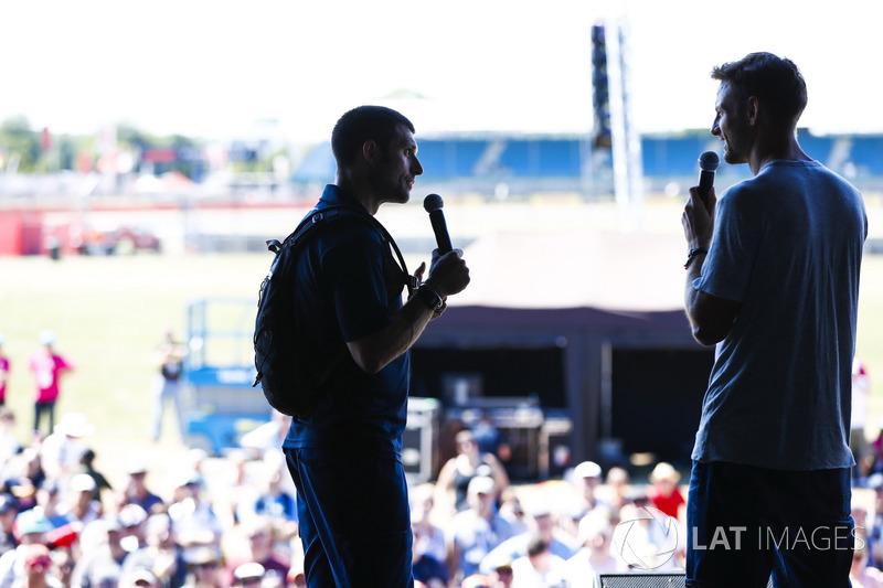 Guy Martin parla con Jenson Button sul palco