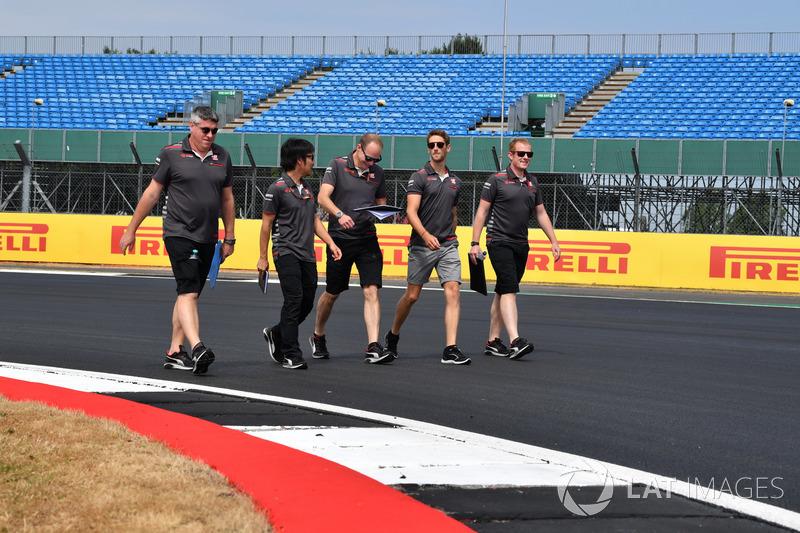 Romain Grosjean, Haas F1 Team parcourt la piste à pied