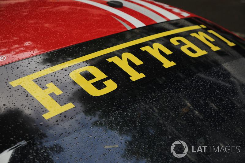 Detalle del logo de Ferrari