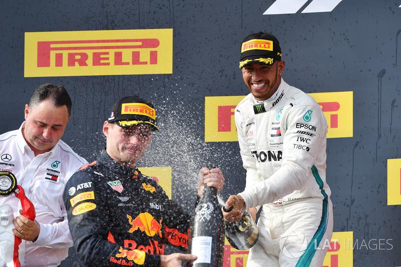 Max Verstappen, Red Bull Racing e Lewis Hamilton, Mercedes-AMG F1, festeggiano sul podio con lo champagne