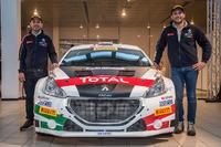 Marco Pollara e Giuseppe Princiotto posano con la loro Peugeot 208 T16 R5